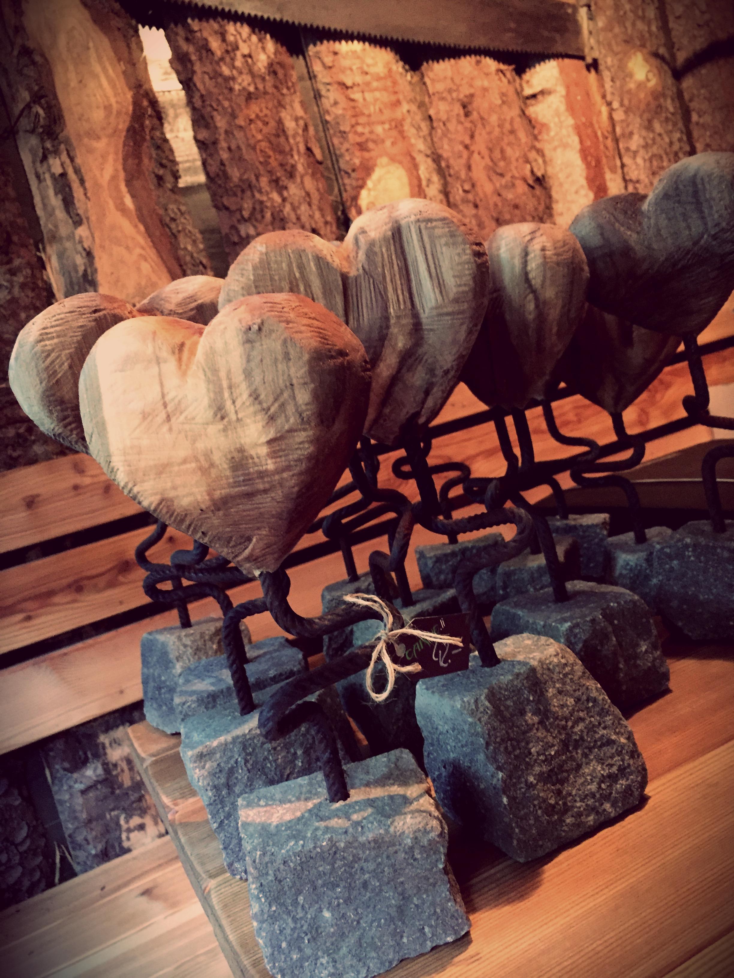 holzherz auf steinsockel stilsch n. Black Bedroom Furniture Sets. Home Design Ideas